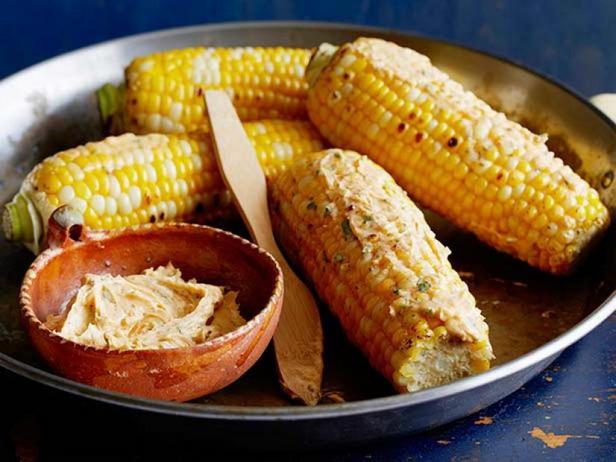 Фото Кукуруза на гриле со сливочным маслом, лаймом и пастой чили