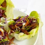 Закуска в листьях салата из свинины му-шу