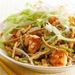 Азиатский салат с рисом и жареными креветками