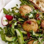 Закусочный салат с жареными морскими гребешками