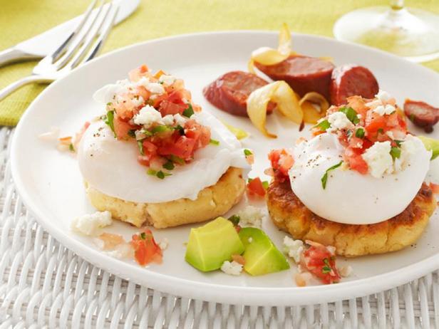 Фото Кукурузные лепёшки с яйцами-пашот и топпингом из сальсы