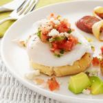 Кукурузные лепёшки с яйцами-пашот и топпингом из сальсы
