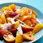 Салат с нектаринами и сладкими помидорами