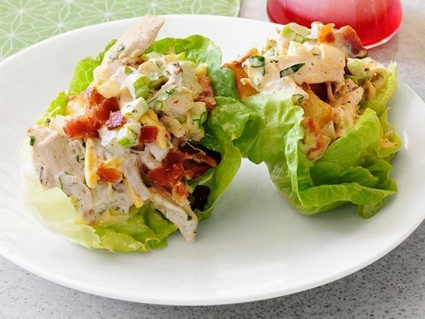 Фото Салат из картофеля и курицы в листьях латука