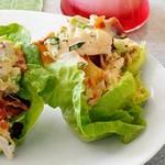 Салат из картофеля и курицы в листьях латука
