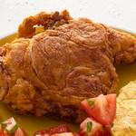 Жареная курица в панировке с луковыми кольцами