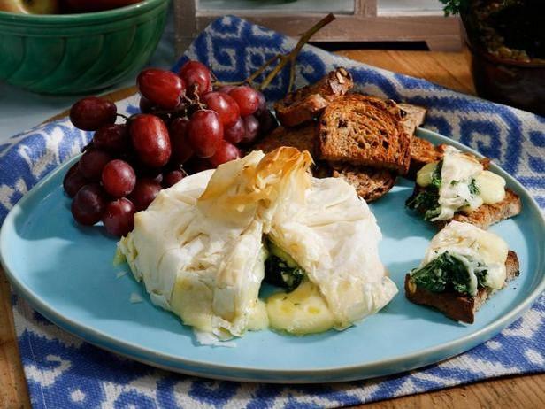 Фото Головка сыра бри, запечённая со шпинатом в стиле «Спанакопита»