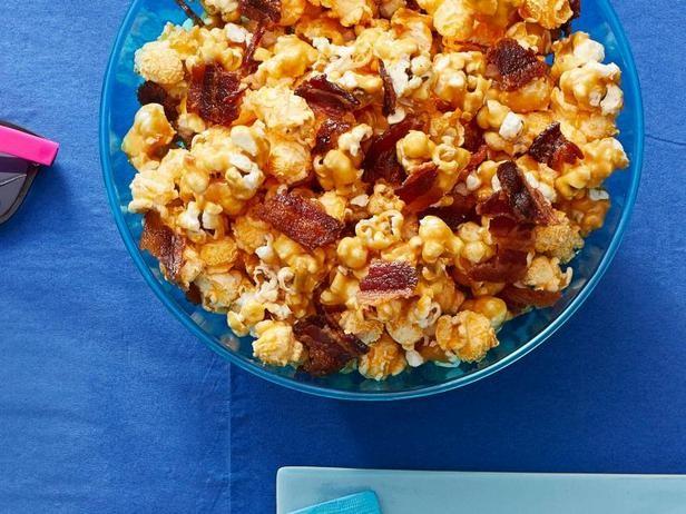 Фото Микс из двух видов попкорна с карамельным соусом по-чикагски