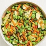 Свежий салат из бобов эдамаме и цуккини