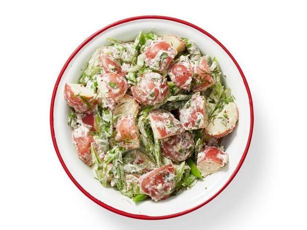 Картофельный салат с стручковым горохом и заправкой из хрена
