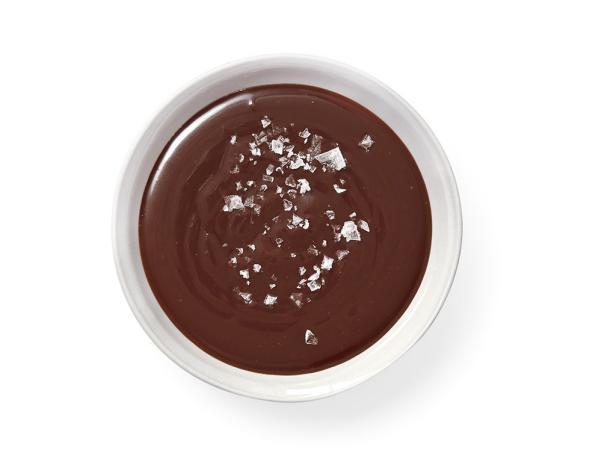 1. Горячий соленый шоколадно-карамельный соус.