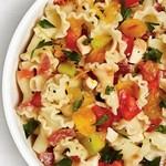 Итальянская паста с помидорами, салями и копчёной моцареллой