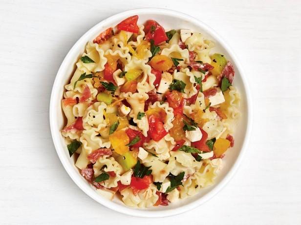Фото Итальянская паста с помидорами, салями и копчёной моцареллой