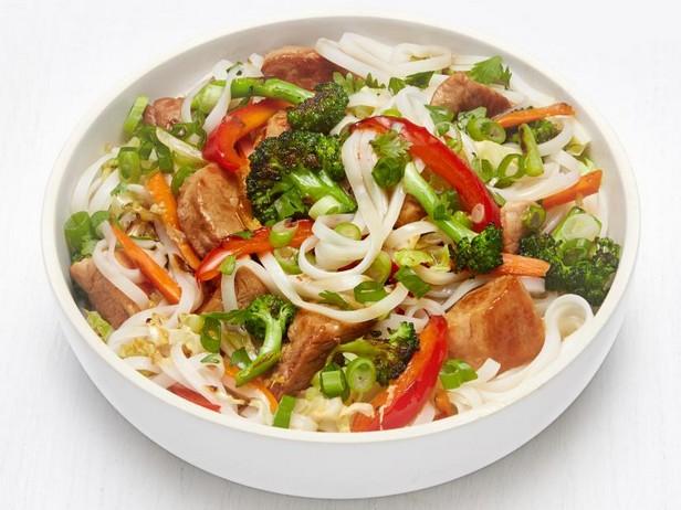 Фото Рисовая лапша со свининой и овощами в имбирном соусе