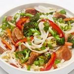 Рисовая лапша со свининой и овощами в имбирном соусе