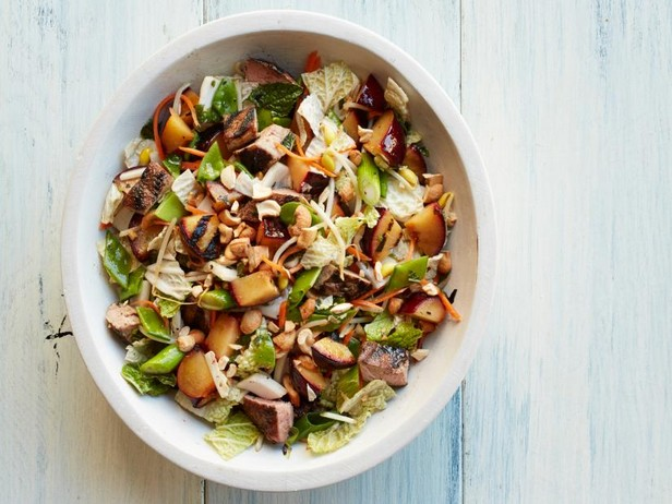 Гриль-салат со свининой и сливами