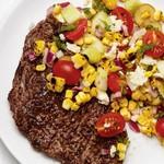 Жареный стейк с греческим салатом с кукурузой