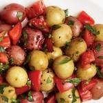 Молодой картофель с помидорами и зеленью