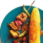 Шашлыки из курицы «Баффало» с жареной кукурузой в початках