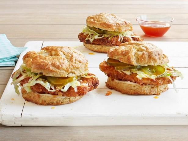 Фото Сэндвичи из слоистых булочек с жареной курицей