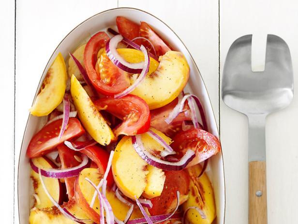 3. Салат с помидором и персиком