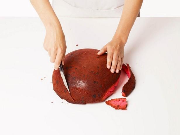 Придайте бисквиту форму овала