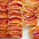 Пирог-перевёртыш с нектаринами и солёной карамелью
