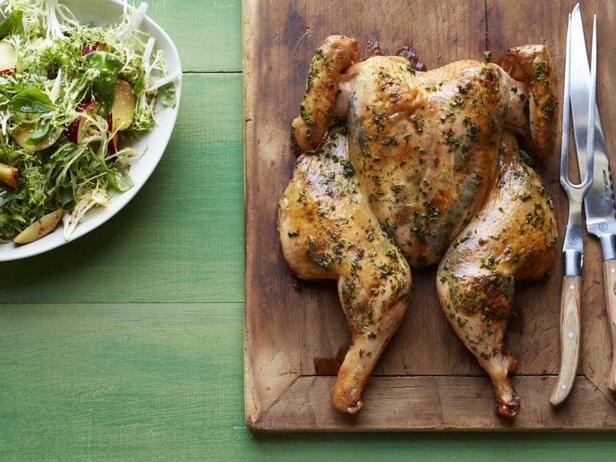 Фото Запечённая курица с гарниром из картофеля в базиликовом масле и салатом из слив
