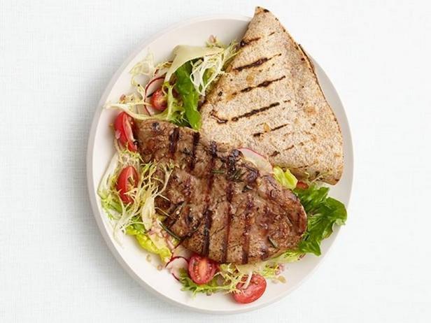 Фото Жареный стейк из свинины с лепёшкой и салатом