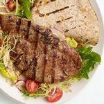 Жареный стейк из свинины с лепёшкой и салатом