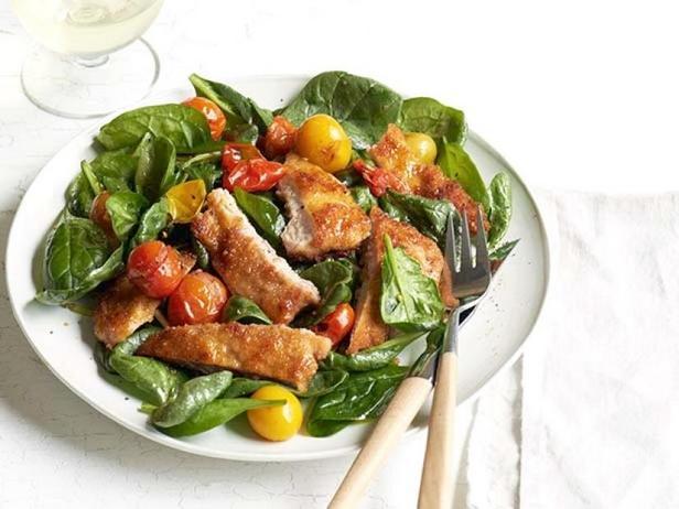 Фото Тёплый салат из шпината с отбивной по-милански
