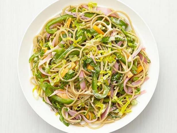 Фото Полезный салат с лапшой, ветчиной и сыром