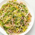 Полезный салат с лапшой, ветчиной и сыром