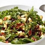 Салат из руколы с яблоками и грецкими орехами