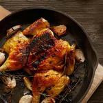 Цыплята-корнишоны, жареные под кирпичом