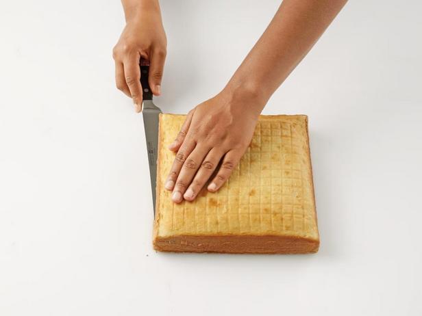 Срежьте ножом верхушку бисквитного коржа