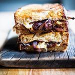 Горячие сэндвичи с сыром и французским луком