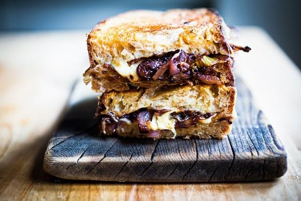Фото Горячие сэндвичи с сыром и французским луком