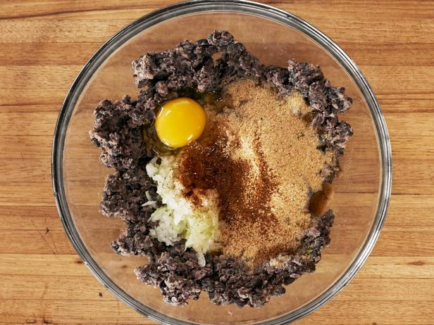 Замесите фарш из фасоли с яйцом и панировочными сухарями