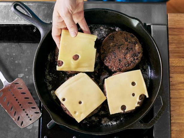 И положите на котлеты по ломтику сыра