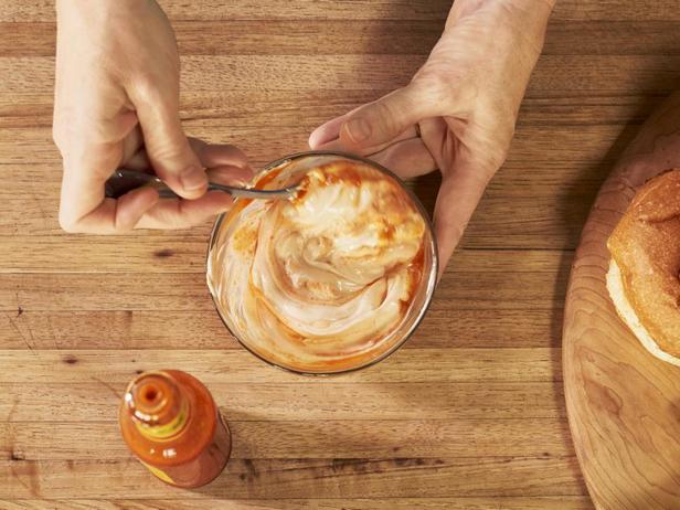 Для подачи смешайте в миске майонез и острый соус