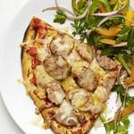 Пицца с колбасками на гриле и салат из сладкого перца