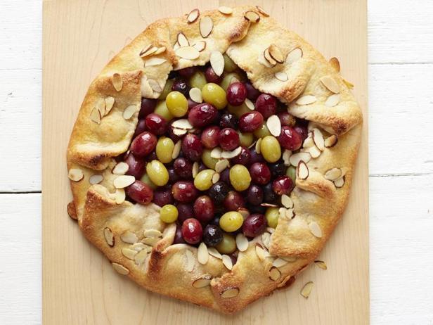 Фото Галета с начинкой из миндального крема и винограда