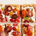 Тарт из слоёного теста со свежими помидорами