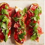 Бутерброды с печёными помидорами и прошутто