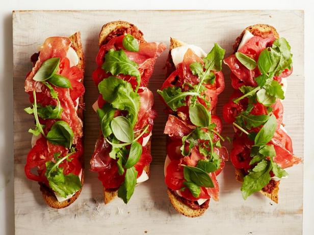 Фото Бутерброды с печёными помидорами и прошутто