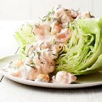 Креветки в сливочном соусе с укропом на дольке салата