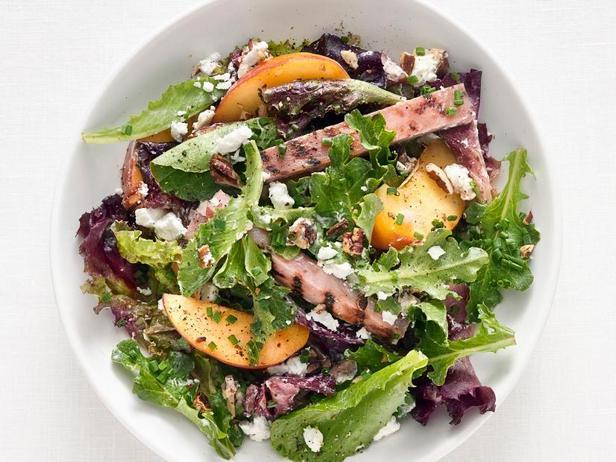 Салат с жареной ветчиной, персиками и козьим сыром