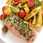 Лосось с летними овощами в духовке