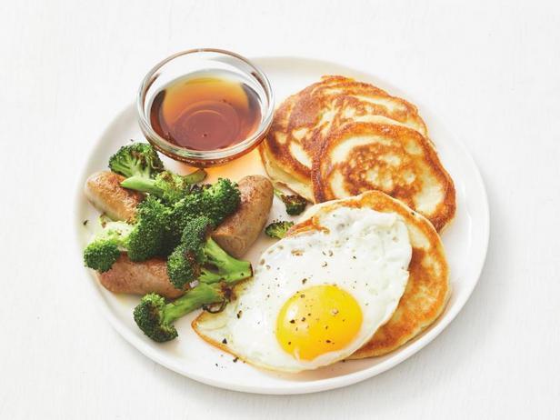 Фото Панкейки терияки с брокколи, колбасками и яичницей